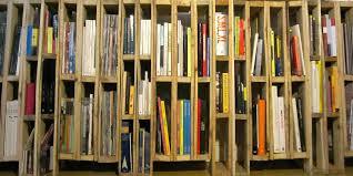 Bibliothèque ou porte-revues faite avec des palettes verticales 2