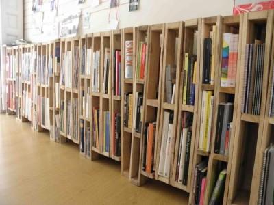 Bibliothèque ou porte-revues faite avec des palettes verticales