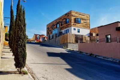 Maison enduit utilisant palettes de planches de bois2
