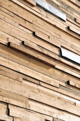 Maison enduit utilisant palettes de planches de bois3