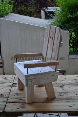 Petite chaise d'enfant faite avec des palettes 2
