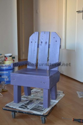 Petite chaise d'enfant faite avec des palettes
