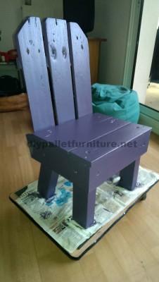 Petite chaise d'enfant faite avec des palettes 3