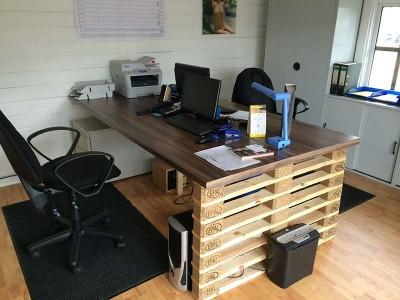 Schreibtisch mit Europaletten Enden