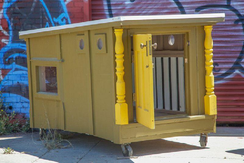 un artiste cr e maisons mobiles de palettes pour les. Black Bedroom Furniture Sets. Home Design Ideas
