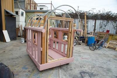 Un artiste crée les maisons mobiles de palettes pour les personnes sans-abri 8