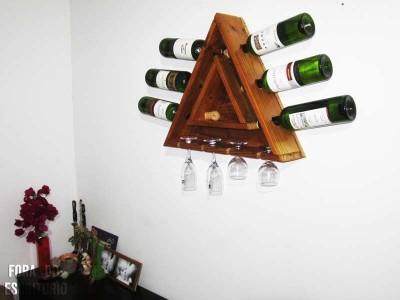un porte-bouteille triangulaire avec des palettes 1