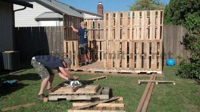Le chalet de jardin fait avec des palettes de curtmeuble - Construire avec des palettes ...