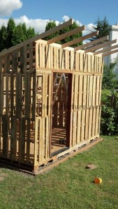 Le chalet de jardin fait avec des palettes de curtmeuble - Construire son abri de jardin en palette ...