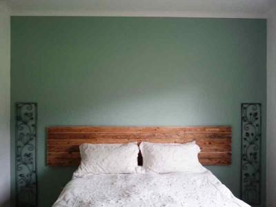 Processus de construction pour construire une belle tête de lit avec des palettes