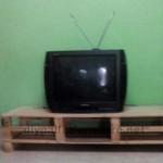 Meuble de télévision réalisé avec des traces de palettes