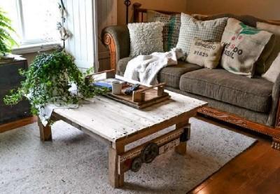 Une table faite de palettes avec un design rural, étape par étape