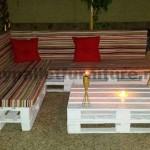 Canapé et table basse en palettes pour le jardin