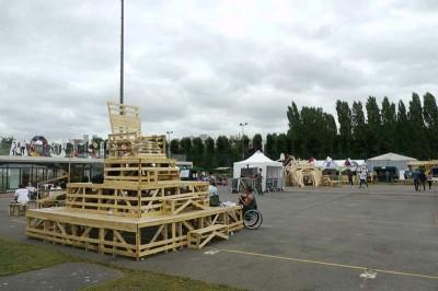 Dans le festival de musique Aoutside, tout l'environnement est décoré avec des structures faites de palettes1