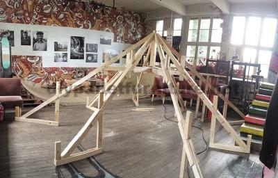 Dans le festival de musique Aoutside, tout l'environnement est décoré avec des structures faites de palettes4