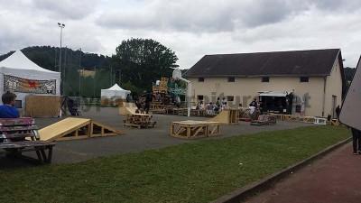 Dans le festival de musique Aoutside, tout l'environnement est décoré avec des structures faites de palettes7