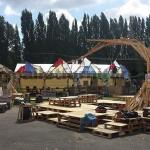 Dans le festival de musique Aoutside, tout l'environnement est décoré avec des structures faites de palettes