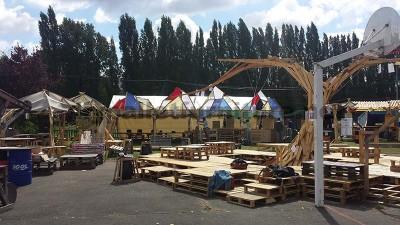 Dans le festival de musique Aoutside, tout l'environnement est décoré avec des structures faites de palettes8