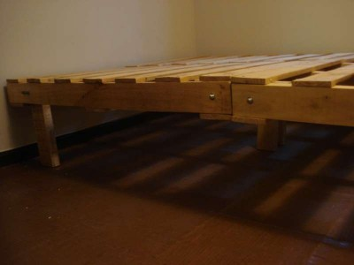 Processus de construction de cadre de lit avec des palettes 3