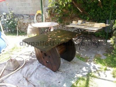 Table de jardin en bois avec une bobine et une palette