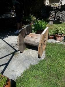 Table de jardin en bois avec une bobine et une palette2