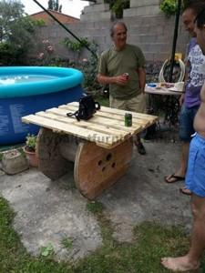 Table de jardin en bois avec une bobine et une palette3