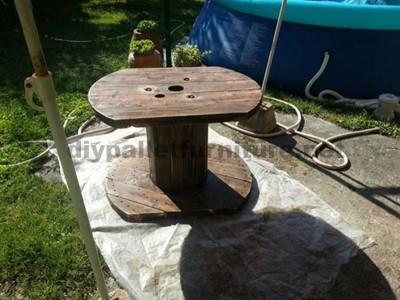 Table de jardin en bois avec une bobine et une palette4