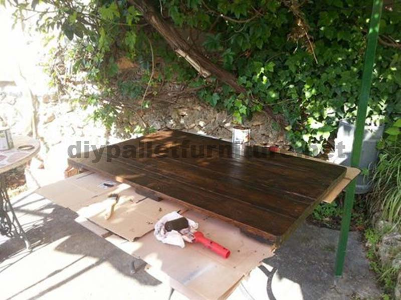 Table de jardin avec une palette des id es for Construire une table de jardin avec des palettes