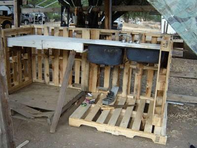 Wie man eine Arbeitsecke für Ihren Hof mit Paletten bauen