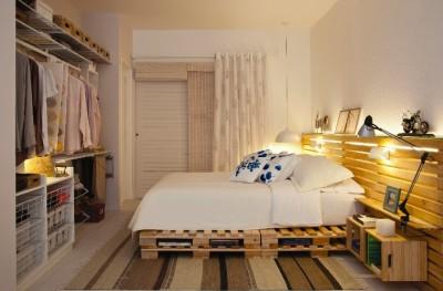 Camera da letto matrimoniale decorato con pallet e cassette di frutta1