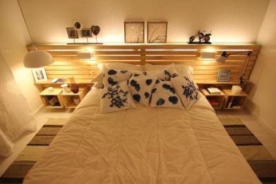 Camera da letto matrimoniale decorato con pallet e cassette di frutta2