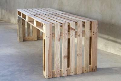construire une grande table en utilisant seulement 4 palettesmeuble en palette meuble en palette. Black Bedroom Furniture Sets. Home Design Ideas