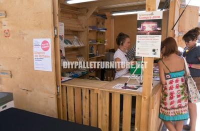 Kiosques et des structures faites de palettes pour la Setmana del Llibre en Català5
