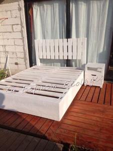 Lit et table de chevet faite avec des palettes2