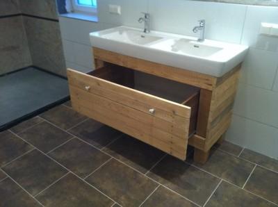 meuble et miroir pour la salle de bain fait avec des palettesmeuble en palette meuble en palette. Black Bedroom Furniture Sets. Home Design Ideas
