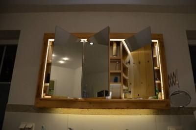 Meuble et miroir pour la salle de bain fait avec des - Meuble miroir salle de bain lumineux ...