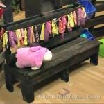 Un banc pour les enfants auprès d'une seule palette