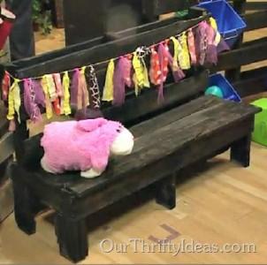 Un banc pour les enfants auprès d'une seule palette1