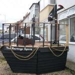 Un bateau de pirate fait avec des palettes