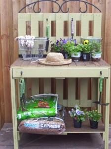 Une belle table de jardinage de travail composé de palettes