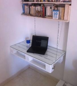 Une table de bureau sans jambes avec juste une palette