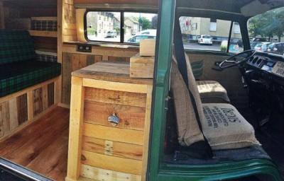 Van restaurée en utilisant les tableaux de palettes en bois