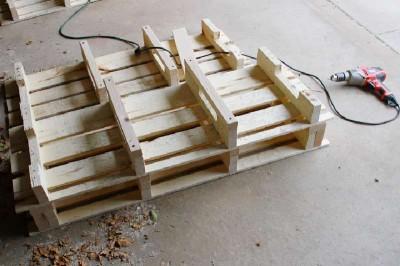 Étape par étape les instructions pour construire une étagère à chaussures utilisant des palettes14