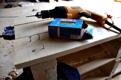 Étape par étape les instructions pour construire une étagère à chaussures utilisant des palettes17