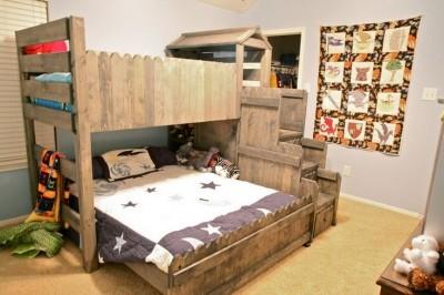 8 idées de lit superposés faits entièrement avec des palettes10