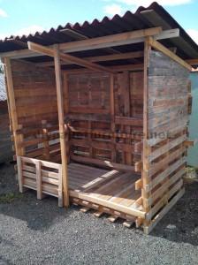 Abri construit avec du bois recyclé