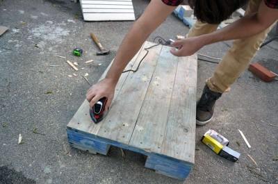 Comment transformer une palette dans une table de hipster pour le salon5