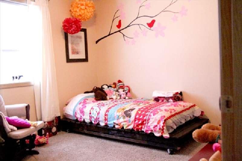construire un petit lit pour les enfants avec seulement deux palettesmeuble en palette meuble. Black Bedroom Furniture Sets. Home Design Ideas