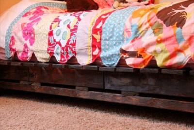 Construire un petit lit pour les enfants avec seulement deux palettes11