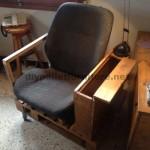 Fauteuil pour le salon construit avec une palette et un siège de voiture